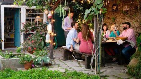 Diner met vrienden bbq achtertuin Box
